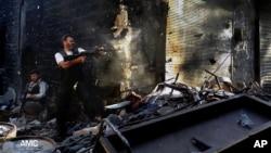 反敘利亞政府的武裝成員在阿勒頗與政府軍戰鬥