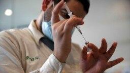 Seorang petugas kesehatan tampak menyiapkan vaksin COVID-19 Pfizer di sebuah Klinik Kesehatan di Jerusalem pada 22 September 2021. Pfizer mengatakan telah memulai uji klinis untuk obat pencegah COVID-19. (Foto: AP/Maya Alleruzzo)