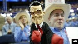 Делегат съезда Республиканской партии Патрик О'Дэниел (Техас) с куклой, изображающей Митта Ромни. Тампа, Флорида. 29 августа 2012 года