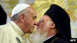羅馬天主教宗方濟各11月30日訪問土耳其時親吻與東正教目。