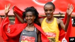 La Kényane Jemima Jelagat Sumgong, à droite, lors du marathon de Londres, le 24 avril 2016.