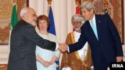 وزرای خارجۀ ایران و امریکا در کنار کترین اشتون و وزیر خارجۀ عمان