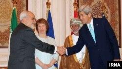 克里(右)與伊朗外長扎里夫(左)