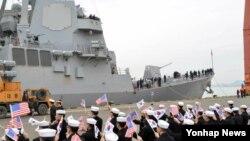 미국 해군 알버레이크급 이지스 구축함 마이클 머피함이 25일 독수리 훈련 참가를 위해 전남 목포 신항만부두에 입항한 가운데, 해군 3함대 장병이 구축함 입항을 축하하며 양국 국기를 흔들고 있다.