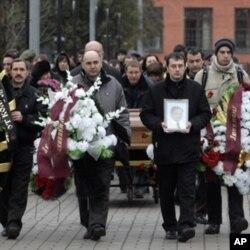 Do'stlari va oila a'zolari Sergey Magnitskiyni so'nggi yo'lga kuzatishmoqda. 2009-yil, 20-noyabr.