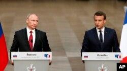 លោក Emmanuel Macron ប្រធានាធិបតីបារាំង (រូបស្តា) និងលោក Vladimir Putin ប្រធានាធិបតីរុស្ស៊ី ថ្លែងនៅក្នុងសន្និសីទកាសែតមួយនៅវិមាន Versailles កាលពី ថ្ងៃទី២៩ ខែឧសភា ឆ្នាំ២០១៧។