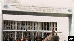 ພວກກໍາລັງອານາດປົກຄອງຊົ່ວຄາວຈຸນຶ່ງສະຫລອງໄຊຊະນະ ຫລັງ ຈາກຍຶດສູນຈັດກອງປະຊຸມ Ouagadougou ໄດ້ໃນເມືອງ Sirte . ວັນທີ 10 ຕຸລາ 2011.