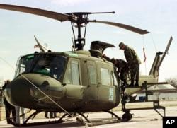 """ამერიკის მთავრობის მიერ საქართველოსთვის ნაჩუქარი """"იროკუსის"""" ტიპის, იგივე Bell UH-1, შვეულმფრენი, 1 მარტი, 2002"""