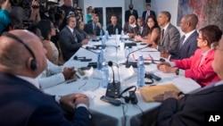 ملاقات بارک اوباما با کیوبایی های محلی در سفارت امریکا در هاوانا.