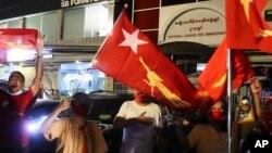 NLD ပါတီ ေထာက္ခံသူတခ်ိဳ႕ကို ရန္ကုန္ၿမိဳ႕ရွိ NLD ရံုးေရွ႕မွာ ေတြ႔ရ။ (ႏိုဝင္ဘာ ၀၈၊ ၂၀၂၀)