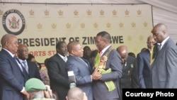 Presidente moçambicano Filipe Nyusi saudando o Presidente zimbabueano Mnangagwa na sua tomada de posse