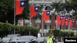 一名警察在台北的台湾总统府前执勤。(2020年5月20日)