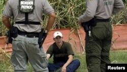 Agentes de la patrulla fronteriza interrogan a un inmigrante indocumentado en Texas, cerca de la frontera con México.