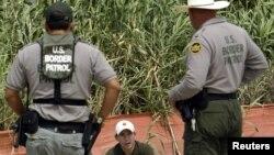 پلیس مرزی آمریکا یک مهاجر غیرقانونی را در مرز ریو گرانده متوقف کرده و از او بازجویی می کند.