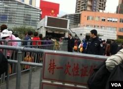 「十元自由行」實施後,很多中國旅客持一次性證件到沙頭角中英街購物