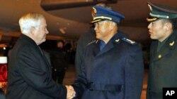 美国国防部长盖茨(左)在北京机场受到马晓天(中)副总参谋长的欢迎