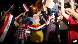 جمعی از عراقی ها در بغداد که از تصرف شهر موصل به سرور پرداخته اند.