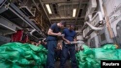 美國海軍官兵在傑森杜漢姆號導彈驅逐艦上檢查收繳的AK-47步槍。(2018年8月28日)