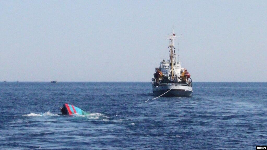 Một tàu cá của Việt Nam bị Trung Quốc đâm chìm ở Hoàng Sa năm 2014.