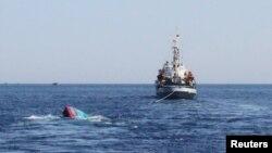 Một chiếc thuyền của ngư dân Việt Nam bị tàu Trung Quốc đâm chìm gần quần đảo Hoàng Sa hồi tháng 5/2014. Những vụ đụng độ giữa tàu Trung Quốc và tàu cá Việt Nam liên tục diễn ra giữa lúc hai nước đang thảo luận việc cải thiện các quan hệ.