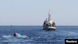 Ảnh minh họa: Tàu cá của ngư dân Việt bị tàu Trung Quốc đâm chìm gần quần đảo Hoàng Sa hồi tháng 5, 2014.