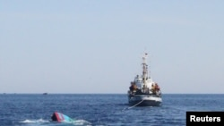 Tàu đánh cá của ngư dân Việt Nam bị tàu Trung Quốc đâm chìm gần Hoàng Sa, ngày 29/5/2014. Tàu đánh cá của ngư dân Việt Nam bị tàu Trung Quốc đâm chìm gần Hoàng Sa, ngày 29/5/2014.