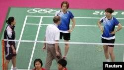 Wasit berbicara pada pemain dari Korea Selatan dalam pertandingan ganda putri melawan Indonesia pada Olimpiade 2012 di London.