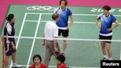 Wasit berbicara dengan para pemain Korea Selatan (berpakaian biru) dan atlet-atlet Indonesia (merah) dalam Olimpiade London 2012.