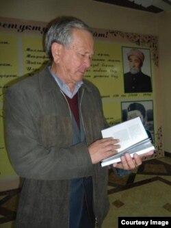 O'sh Davlat universitetining O'zbek filologiyasi kafedrasi mudiri Ravshanbek Tursunov