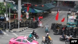 Xe cộ chạy ngang qua một rào chắn ở thủ đô Bangkok, Thái Lan, ngày 13 tháng Năm, 2010