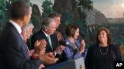 奥巴马总统签署法案时和议员们向瑞安.怀特的母亲致意