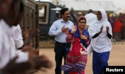 សកម្មជនប៉ាគីស្ថានដើម្បីការអប់រំកុមារី នាង Malala Yousafzai ជាជ័យលាភីពានរង្វាន់ណូបែលវ័យក្មេងបំផុត នៅព្រំដែនរវាងប្រទេសកេនយ៉ា និងសូម៉ាលី កាលពីថ្ងៃទី១២ ខែកក្កដា ឆ្នាំ២០១៦។
