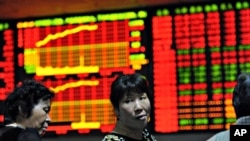 Chinese investors monitor their stock prices at a security firm in Hefei, east China's Anhui province, 14 Oct. 2010