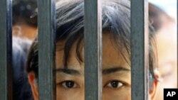 人权组织指责缅甸军队侵犯囚犯人权。图为家人5月17日在监狱外等待囚犯获释。