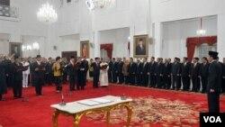 Presiden Joko Widodo melantik lima pimpinan Komisi Pemberantasan Korupsi di Istana Negara Jakarta, Senin 21 Desember 2015.(Foto: dok biro pers set pres).