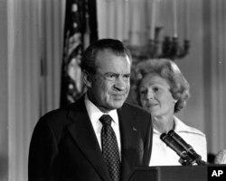 Presiden Richard M. Nixon istrinya Pat Nixon di Ruang Timur, Gedung Putih, di Washington, 9 Agustus 1974.