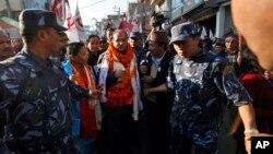 Pemimpin Maois Nepal, Pushpa Kamal Dahal (tengah) dikawal ketat oleh pendukungnya saat melakukan kampanye di Katmandu, Nepal (15/11).
