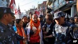 Ketua Partai Maois Nepal Pushpa Kamal Dahal (tengah) saat kampanye pemilu di Katmandu, Nepal (19/11).