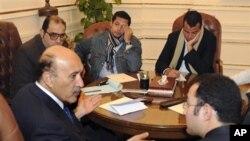 Le vice président Omar Suleiman (au centre) en entretien avec les représentants de l'opposition.
