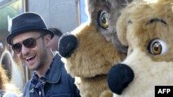 Джастин Тимберлейк с персонажами из «Медведь Йоги»