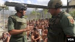 El general de la Guardia Nacional Antonio Benavidez durante la operación militar en la cárcel El Rodeo.