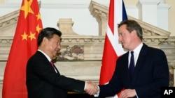 PM Inggris David Cameron (kanan) berjabat tangan dengan Presiden China Xi Jinping, di London, 21 Oktober 2015 (Foto: dok).