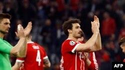 Les joueurs du Bayern Munich applaudissent leurs supporters lors d'un match de Ligue des champions, Allemagne le 11 avril 2018.