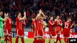 Les joueurs du Bayern Munich applaudissent leurs supporters après le match contre le Séville FC à Munich, Allemagne, le 11 avril 2018.