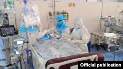 ရန္ကုန္တိုင္းေဒသႀကီး၊ ကိုဗစ္-၁၉ ေရာဂါကုသေရးဌာန (သုဝဏၰ)၊ အထူး ၾကပ္မတ္ကုသေဆာင္(ICU)မွာ ေရာဂါျပင္းထန္စြာခံစားေနရသူကို ကုသေပးေနတဲ့ က်န္းမာေရးဝန္ထမ္းမ်ား။(ဓာတ္ပုံ -Ministry of Health and Sports, Myanmar - ဒီဇင္ဘာ ၃၁၊ ၂၀၂၀)