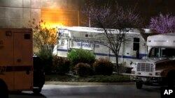 Un vehículo de la policía del Capitolio estacionado en la planta de procesamiento de correspondencia en Maryland, donde fue detectada una de las cartas envenenadas.