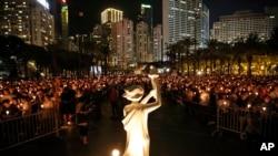 资料照片-人们参加在香港维多利亚公园举行的六四烛光守夜活动。(2016年6月4日)