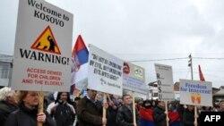 Nekoliko stotina Srba danas je u Gračanici protestovalo zbog prošlonedeljnog hapšenja srpskih policajaca