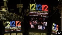 """ປ້າຍ """"12-12-12"""" ຂອງການສະແດງດົນຕີການກຸສົນ ທີ່ Madison Square Garden ໃນນະຄອນ New York"""