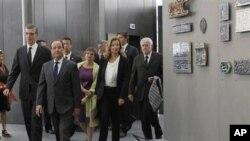 法國總統奧朗德(左二)﹑羅浮宮博物館館長盧瓦雷特(左)和伊斯蘭藝術部主任麥卡莉奧(中間位於奧朗德之後)星期二參觀在羅浮宮新成立的的伊斯蘭藝術館